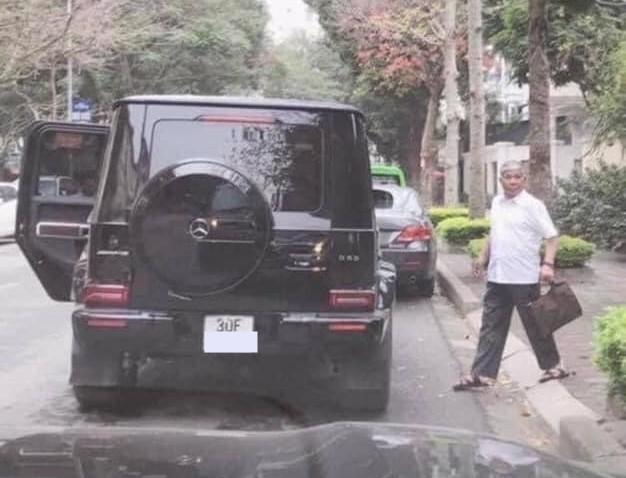 Ông Lê Thanh Thản cùng chiếc SUV hạng sang Mercedes-AMG G63 Edition One của mình
