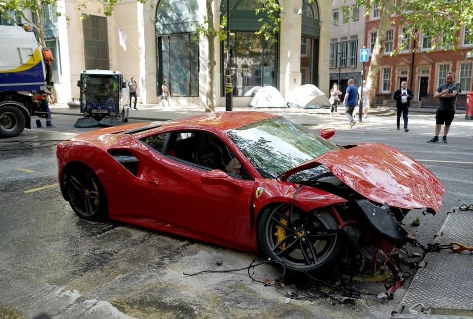 Chiếc siêu xe Ferrari 488 GTB bị hư hỏng nặng sau vụ tai nạn