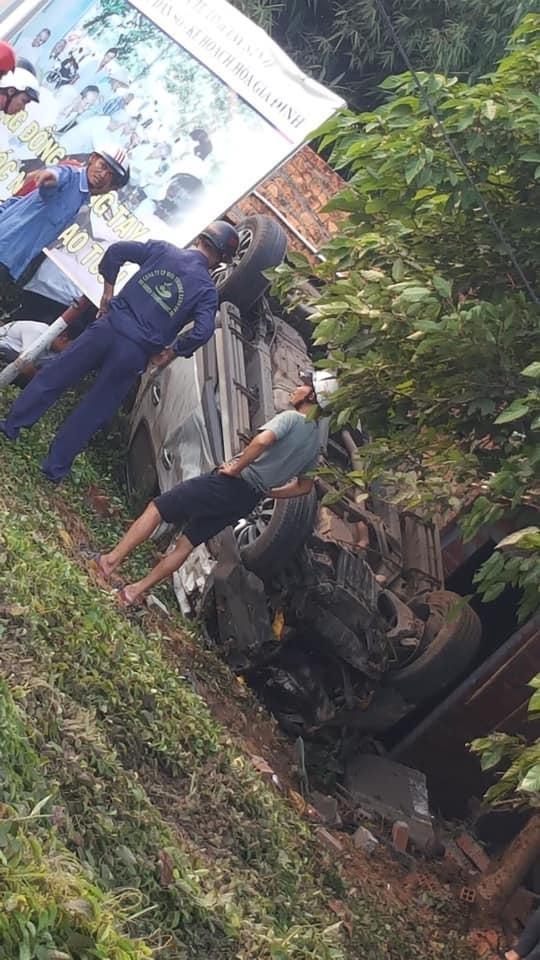 Chiếc xe bán tải bị hư hỏng nặng sau vụ tai nạn