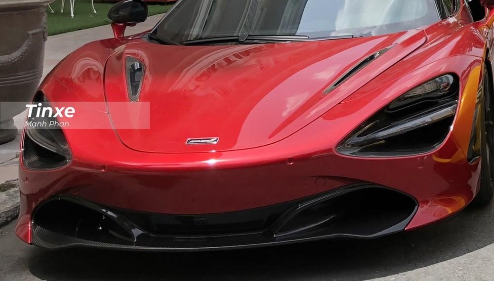 Siêu xe mui trần McLaren 720S Spider cũng chỉ cần thời gian 7,9 giây để tăng tốc từ 0-200 km/h trước khi đạt vận tốc tối đa 341 km/h tương tự như bản Coupe. Tuy nhiên, khi biến thành chiếc siêu xe mui trần, McLaren 720S Spider chỉ có thể đạt vận tốc tối đa 325 km/h.