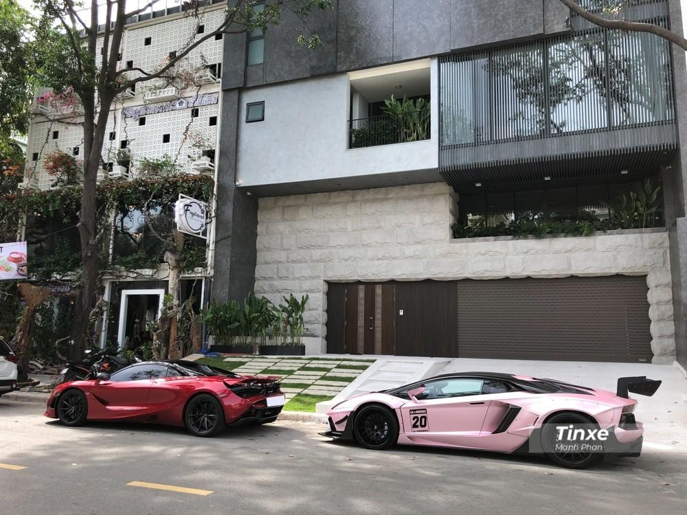 Sau hơn 35 phút di chuyển, hai chiếc siêu xe McLaren 720S Spider và Lamborghini Aventador LP700-4 độ Liberty Walk đã có mặt trước biệt thự của Cường Đô-la. Kể từ sau khi xây xong biệt thự, Cường Đô-la liên tục đón tiếp các bạn bè chơi siêu xe đến tham quan với điểm nhấn là garage rất xịn sò với cầu nâng xe và phòng rửa xe chuyên dụng.