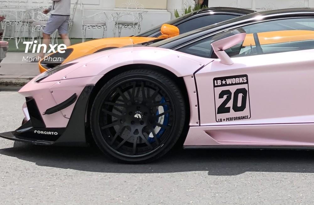 Bên hông chiếc Lamborghini Aventador LP700-4 độ phiên bản giới hạn Liberty Walk tại Việt Nam còn nổi bật hơn với đề-can của hãng độ Nhật Bản cùng con số 20 mang ý nghĩa đây là 1 trong 20 chiếc trên thế giới có bản độ Lamborghini Aventador Limited Edition 50. 30 bộ còn lại dành riêng cho Nhật Bản.