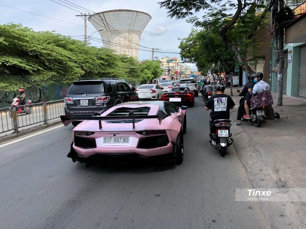 Từ quận 1 sang quận 7, chủ nhân 2 chiếc siêu xe phải rất vất vả để điều khiển cặp đôi là McLaren 720S Spider và Lamborghini Aventador Limited Edition 50 độc nhất Việt Nam giữa dòng xe máy đông đúc khi di chuyển ở quận 4, Sài thành.