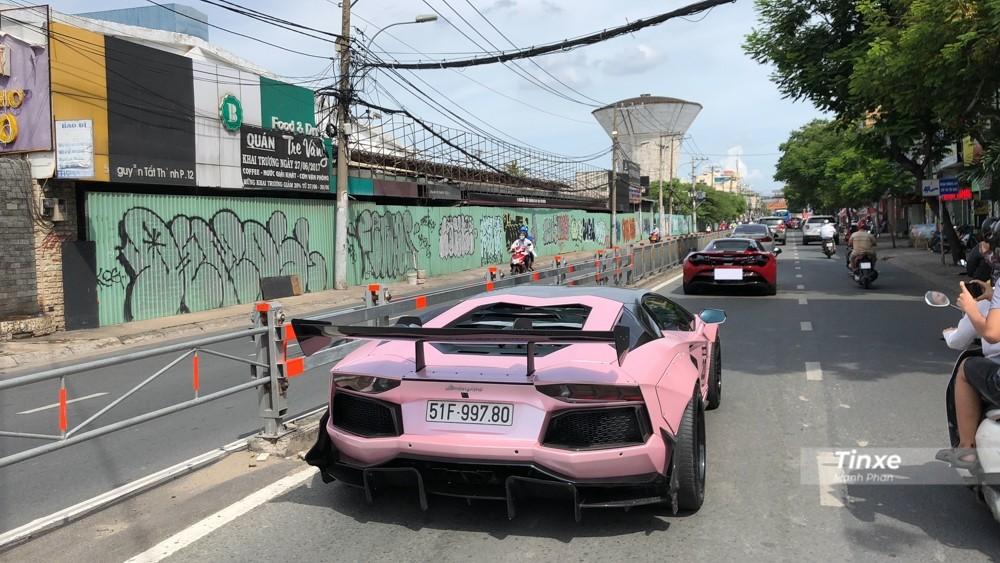 Sau khi họp mặt cùng đoàn Car Passion, chiếc siêu xe mui trần McLaren 720S Spider và Lamborghini Aventador LP700-4 độ Liberty Walk hộ tống chủ nhân di chuyển từ quận 1 sang biệt thự của Cường Đô-la ở quận 7 để chơi.