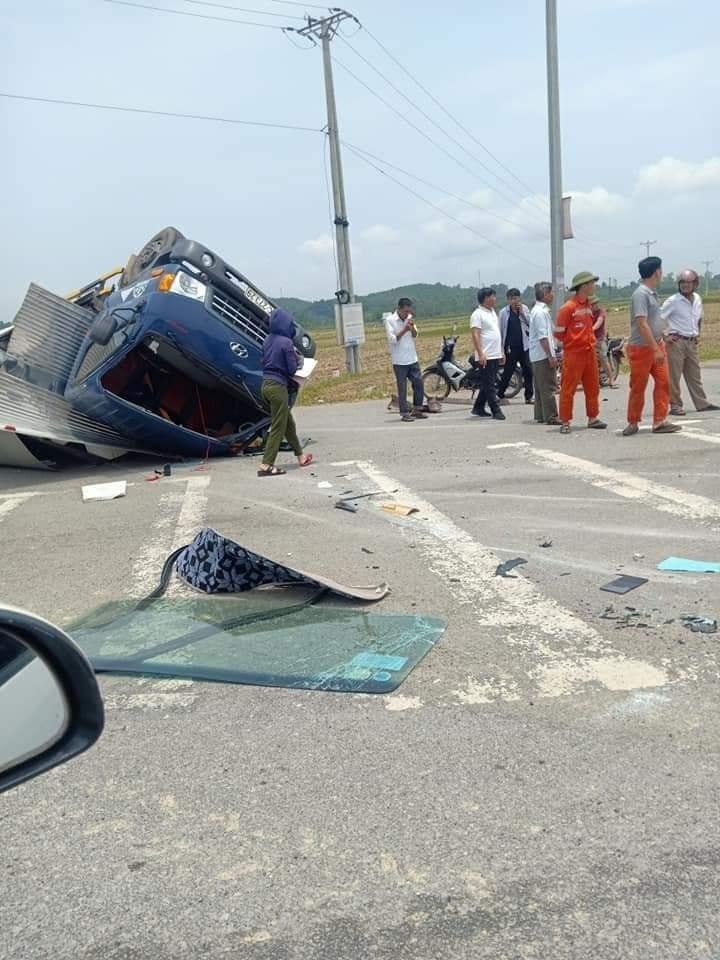 Chiếc ô tô tải bị vỡ kính lái phía trước