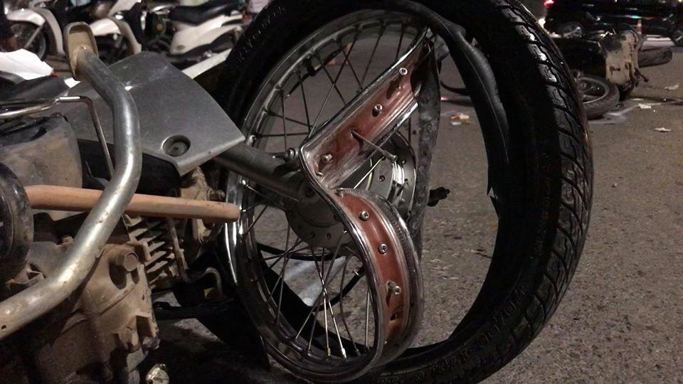 Thiệt hại chiếc xe máy Honda Wave của 2 dân tổ đua xe tông vào người dân điều khiển Honda SH