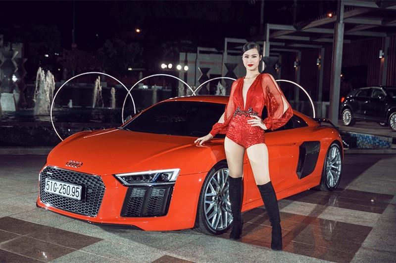 Ca sĩ Đông Nhi cùng với chiếc siêu xe Audi R8 V10 Plus