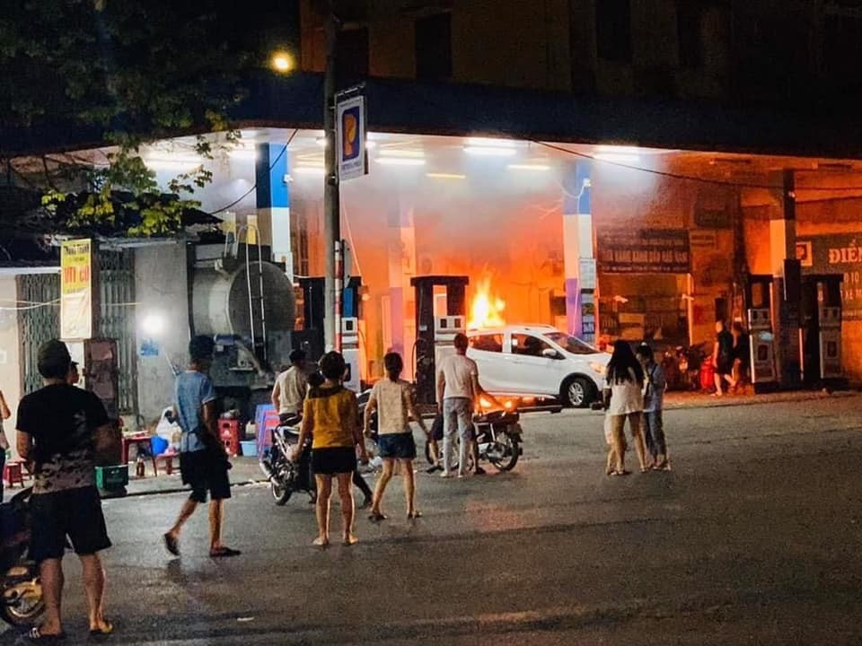 Chiếc ô tô VinFast Fadil tông đổ cột bơm xăng rồi bốc cháy