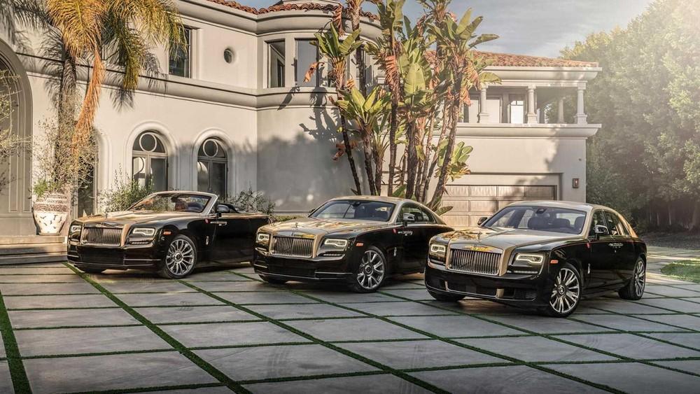 Bộ 3 Rolls-Royce Year of the Pig do đại lý Beverly Hills ở Mỹ phân phối độc quyền. Mỗi phiên bản này chỉ có đúng 1 chiếc sản xuất và Rolls-Royce Ghost phiên bản năm Kỷ Hợi ( bên phải) đã về tay đại gia Campuchia