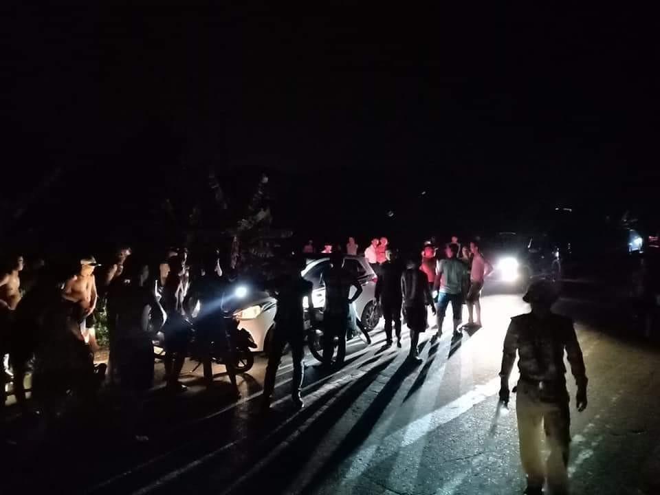 Lực lượng chức năng cùng người dân vây xung quanh chiếc xe Hyundai Grand i10