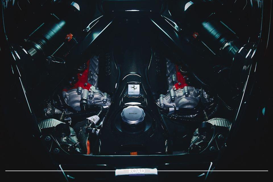 Ferrari SF90 Stradale được trang bị động cơ xăng V8 kết hợp hệ thống hybrid bao gồm 3 mô-tơ điện