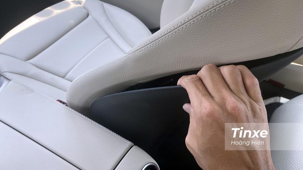 Ghế da trên Mercedes-Benz C180 không thực sự êm, mút khá mỏng, và nhựa ốp ọp ẹp.