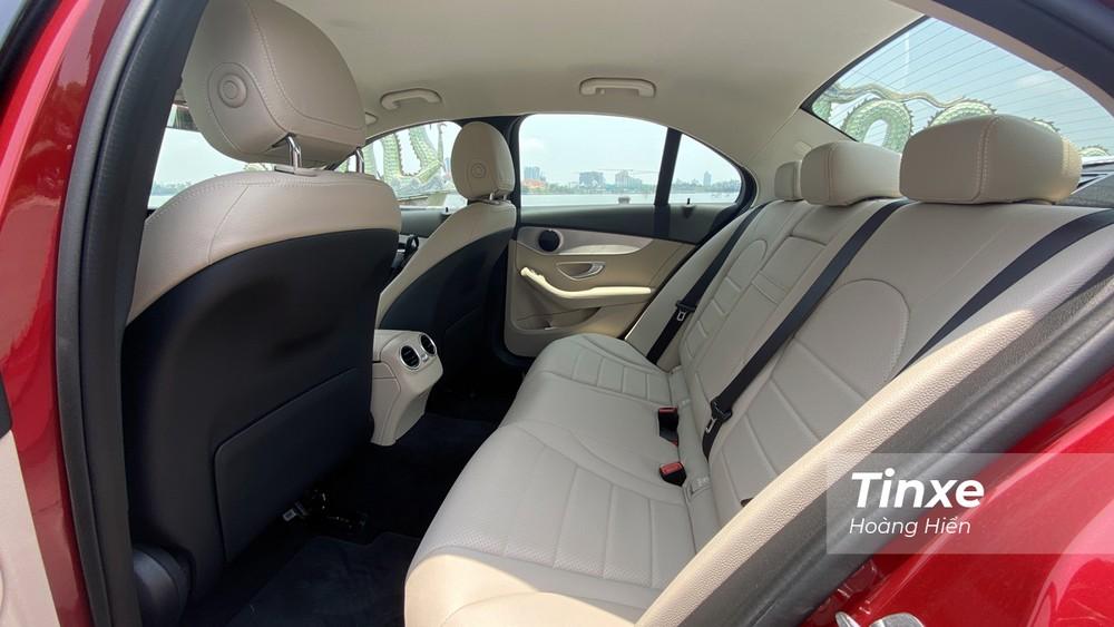 Hàng ghế 2 của Mercedes-Benz C180 chỉ vừa đủ, không quá rộng rãi.