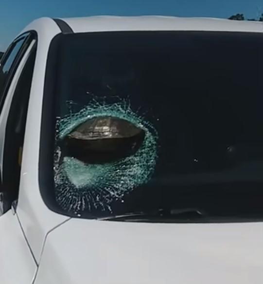 Vật thể lạ mắc trên kính lái xe ô tô