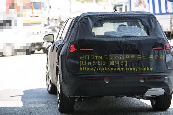 Thiết kế đuôi xe của Hyundai Santa Fe 2021 trên đường thử