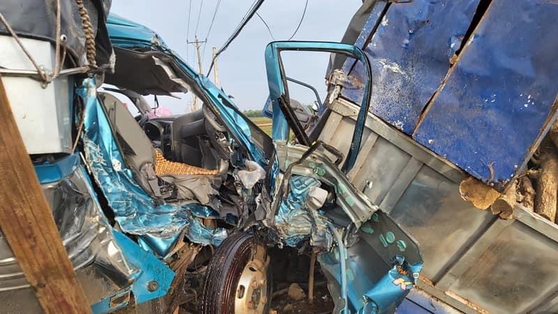 Cả hai chiếc ô tô đều bị hư hỏng nặng