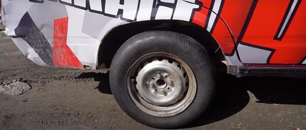Chiếc lốp sau khi lộn ngược được lắp lên xe Lada