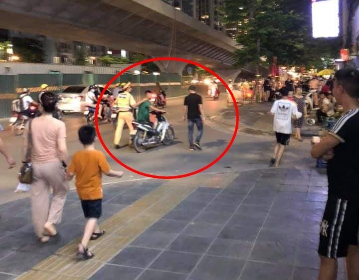 Thanh niên chạy xe máy liều lĩnh tạt đầu xe buýt để thông chốt 141 nhưng sau đó bị bắt