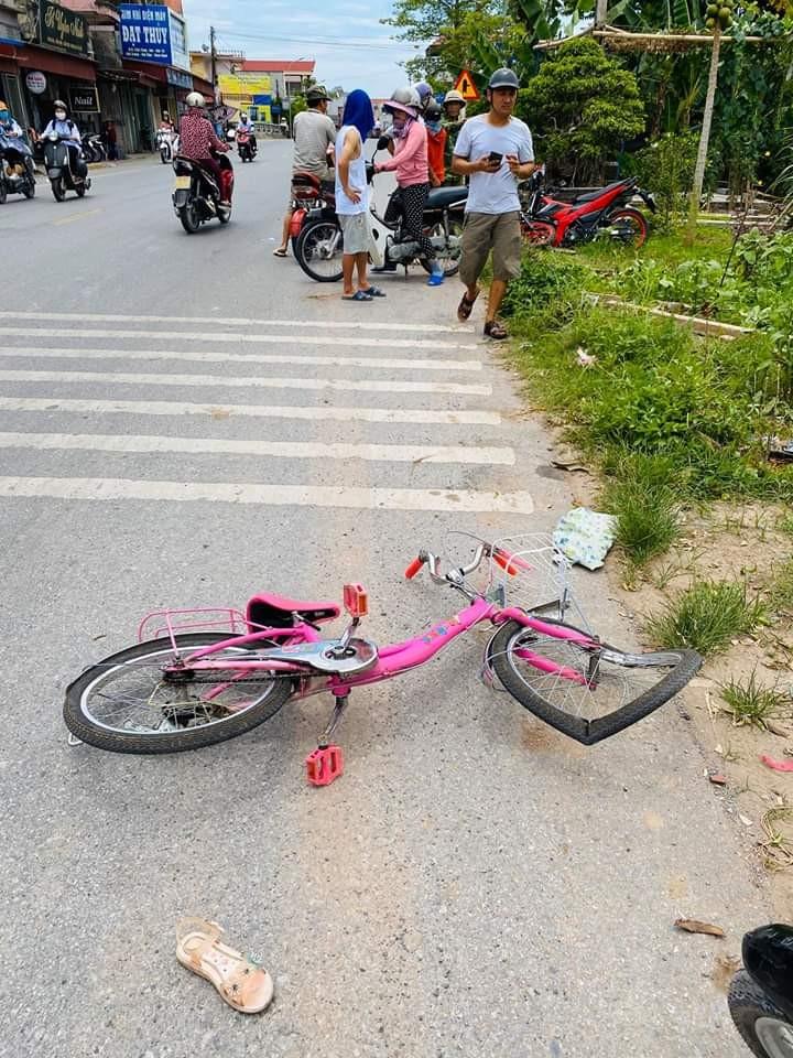Chiếc xe đạp của em học sinh lớp 2 tại hiện trường vụ tai nạn