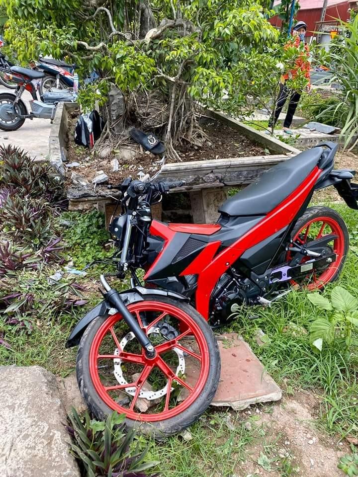 Còn đây là thiệt hại của chiếc xe máy khi tông vào xe đạp của em học sinh lớp 2