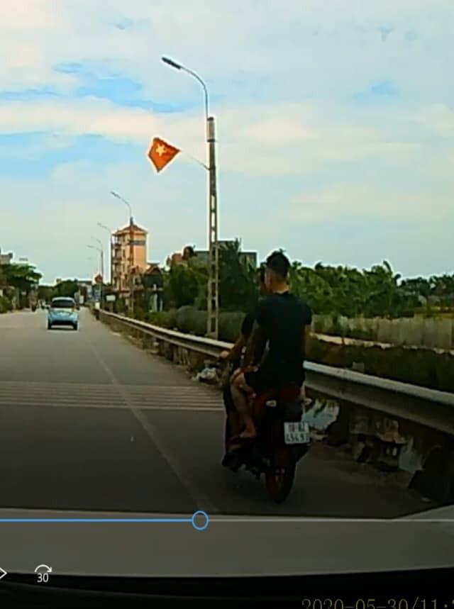 Hình ảnh chụp lại từ camera hành trình của xe ô tô cho thấy 2 thanh niên chạy trên chiếc xe côn tay không đội mũ bảo hiểm