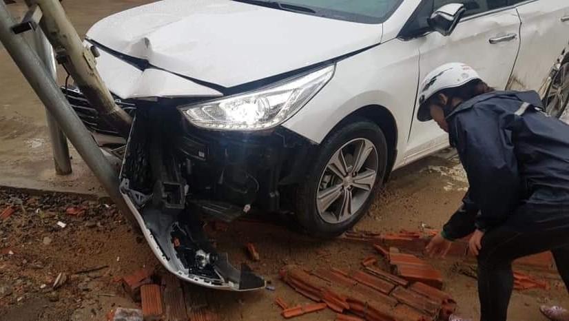 Thiệt hại phần đầu xe chiếc Hyundai Accent sau va chạm giao thông với xe container