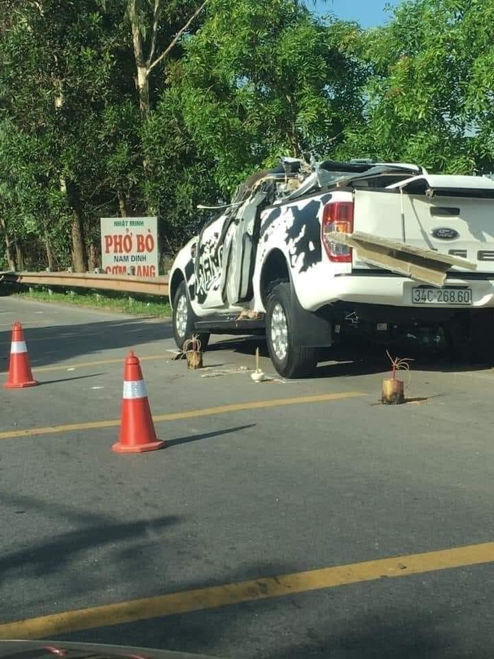 Chiếc xe bán tải Ford Ranger bị hỏng nặng sau vụ tai nạn