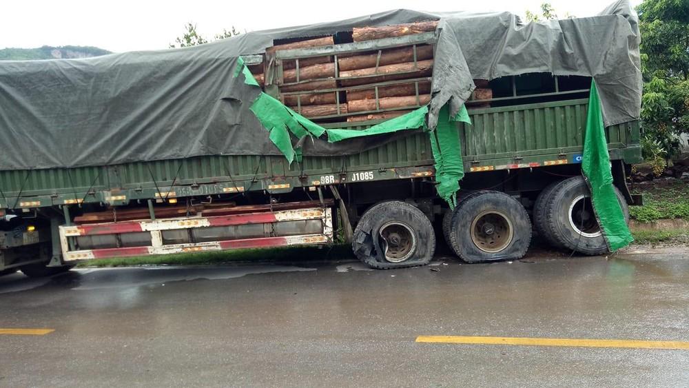 Chiếc xe đầu kéo chở gỗ bị nổ lốp