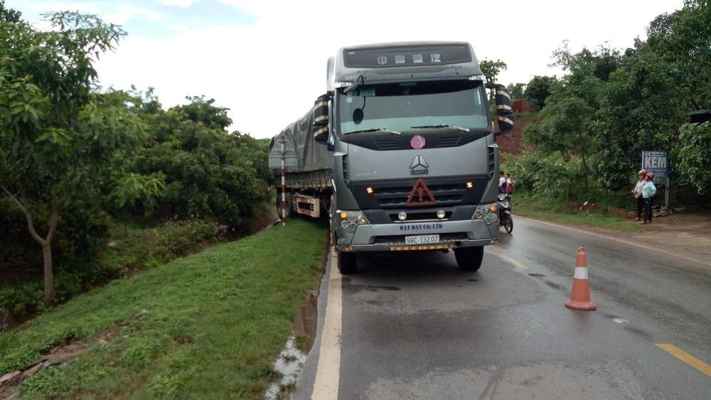 Chiếc xe đầu kéo chở gỗ tại hiện trường vụ tai nạn
