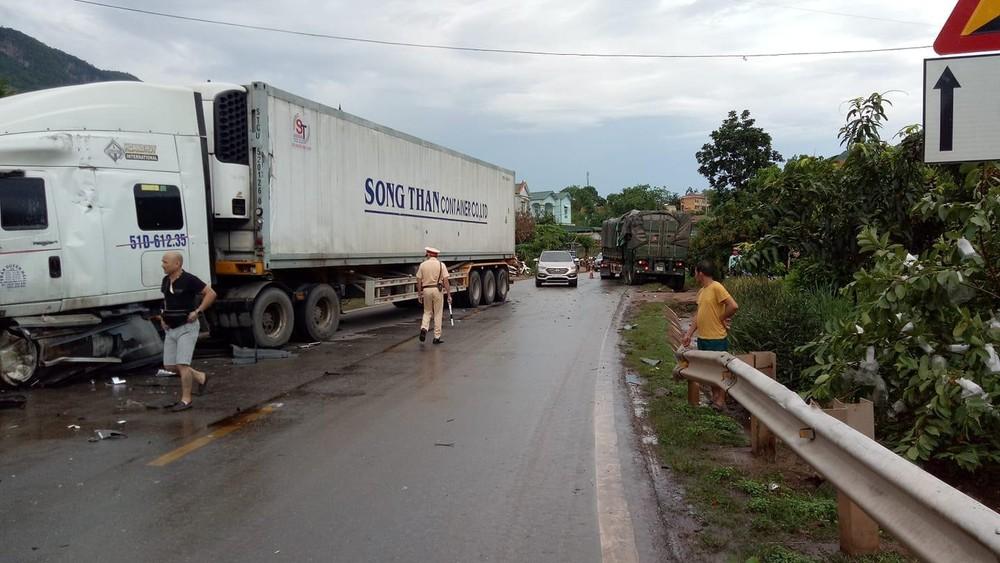 Chiếc xe container và xe đầu kéo đều nằm ở 2 bên lề đường