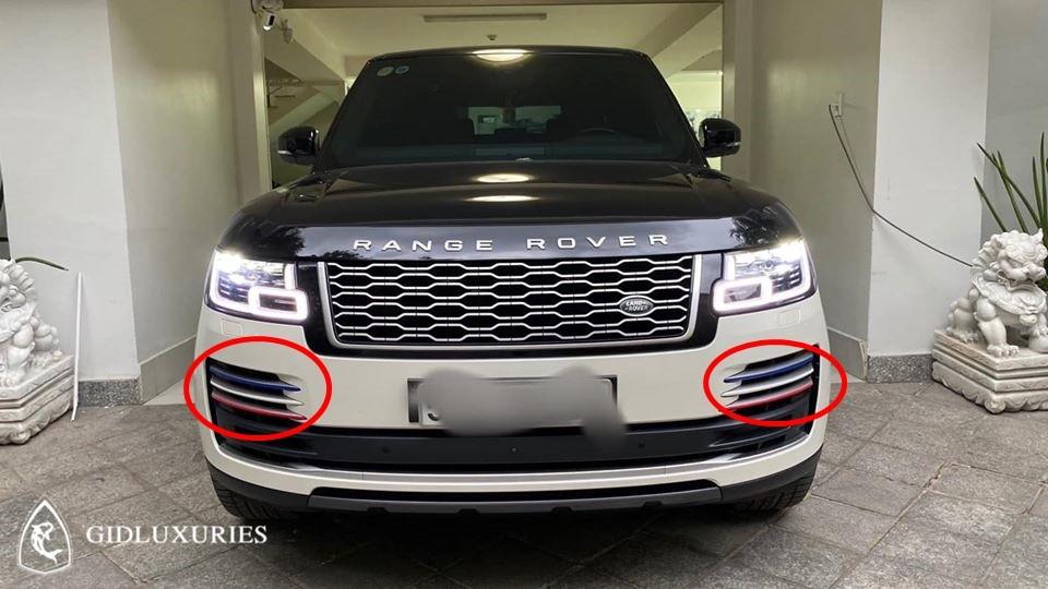 Dù đã che biển nhưng chiếc Range Rover Autobiography LWB đời 2018 này có các đặc điểm rất dễ nhận ra là chiếc xe từng thuộc sở hữu của Minh Nhựa với hốc gió trước dán đề-can 3 màu là xanh dương, trắng và đỏ