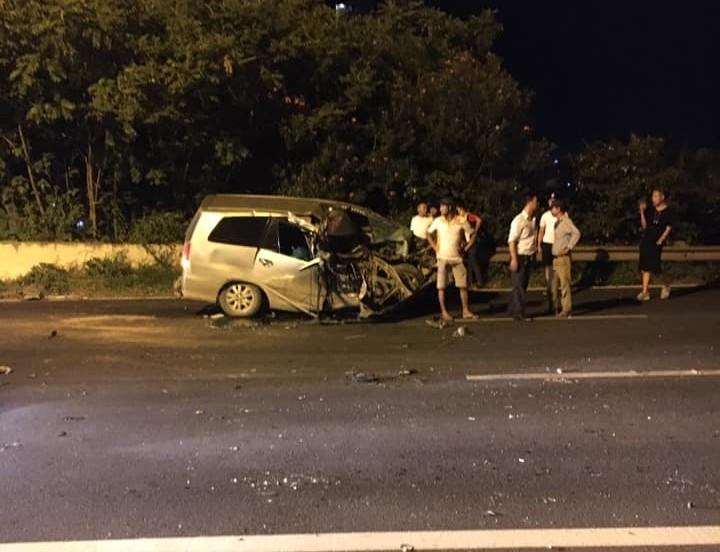 Hiện trường vụ tai nạn của xe Toyota Innova vào khuya hôm qua trên đại lộ Thăng Long