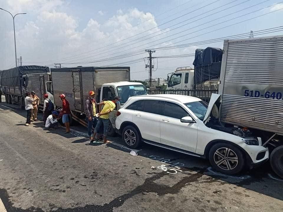 Chiếc xe Mercedes-Benz GLC là 1 trong 2 xe ô tô gặp nạn trong vụ xe dồn toa này