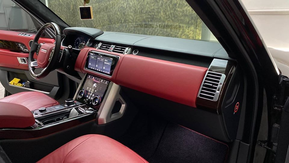 Nội thất chiếc Range Rover Autobiography LWB đời 2018 rao bán có màu đỏ hết sức đẹp mắt