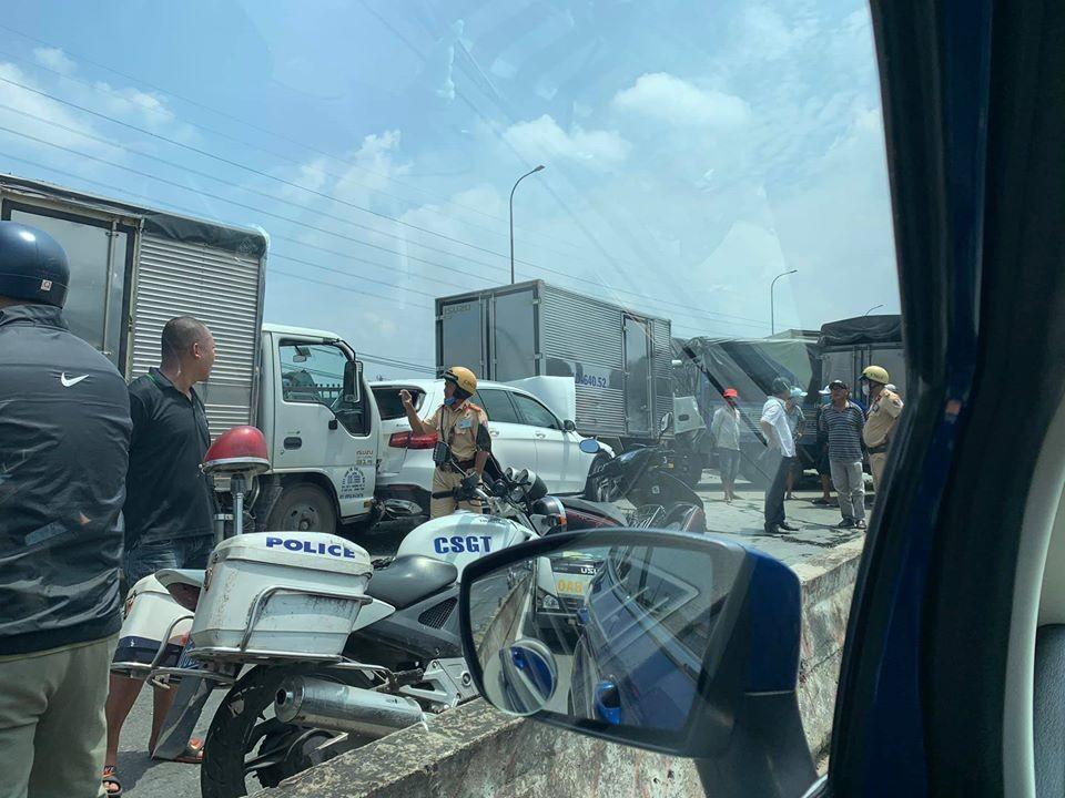 Cảnh sát giao thông tại hiện trường vụ tai nạn xe dồn toa