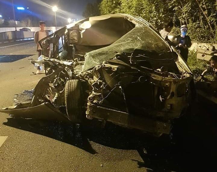 Chiếc xe Toyota Innova nát bét sau khi tông vào đuôi xe tải
