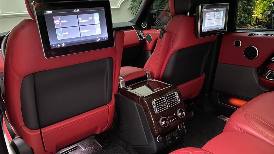 Hàng ghế sau của chiếc Range Rover Autobiography LWB đời 2018 đang rao bán từ 8 tỷ đồng