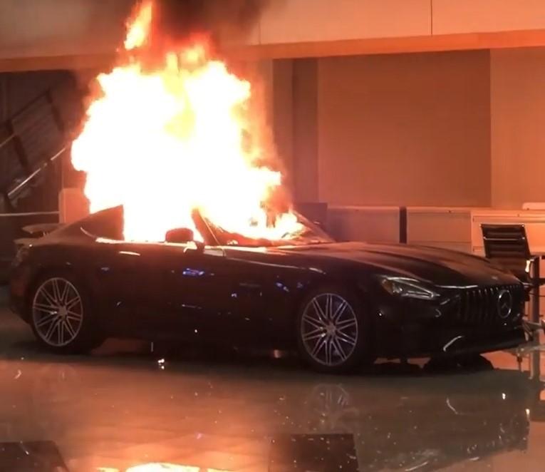 Chiếc Mercedes-AMG GT bị phóng hỏa đốt