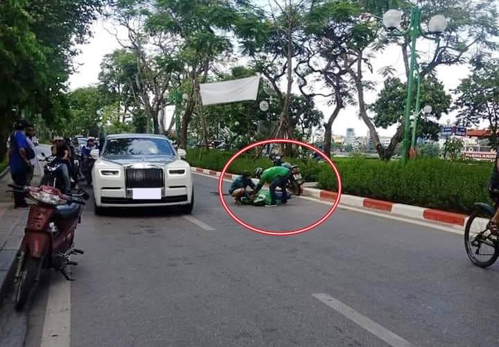 Hình ảnh tài xế xe grab bike gặp nạn ngã bất tỉnh dưới đường và kế bên là chiếc xe siêu sang Rolls-Royce Phantom thế hệ thứ 8 khiến dân mạng cho rằng hai chiếc xe này xảy ra va chạm giao thông với nhau