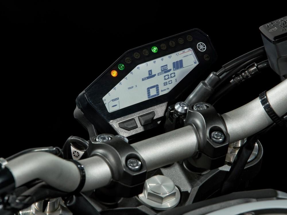 Đồng hồ kỹ thuật số được đặt lệch bên phải