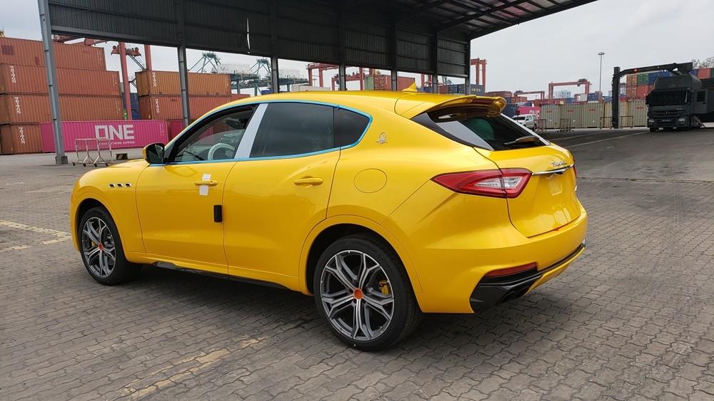 Maserati Levante Trofeo nhìn từ ngang đuôi xe