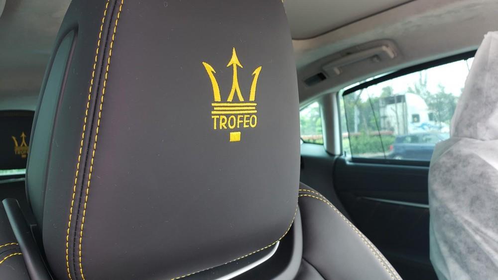 Logo Trofeo trên tựa đầu ghế ngồi