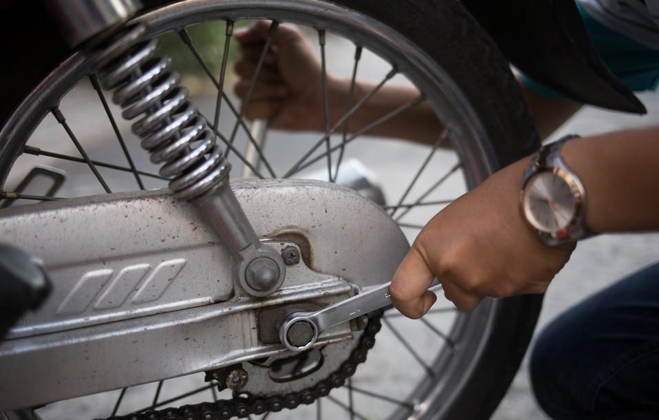 Nới lỏng ốc trục trước khi thực hiện tăng xích xe máy