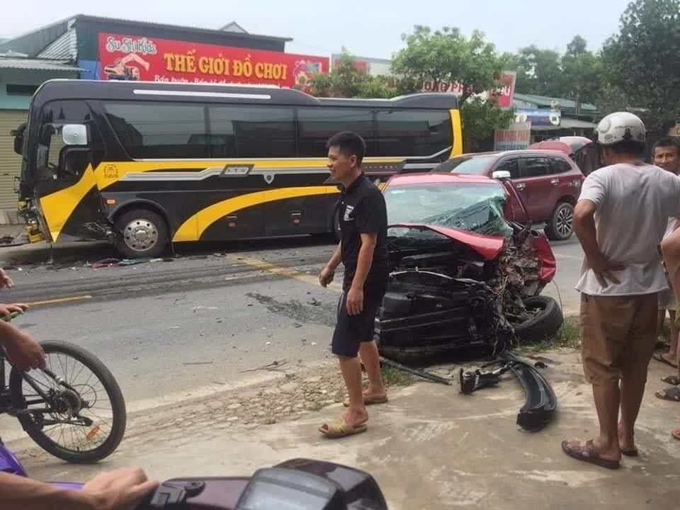 Hiện trường vụ tai nạn giữa chiếc Kia Morning và ô tô khách