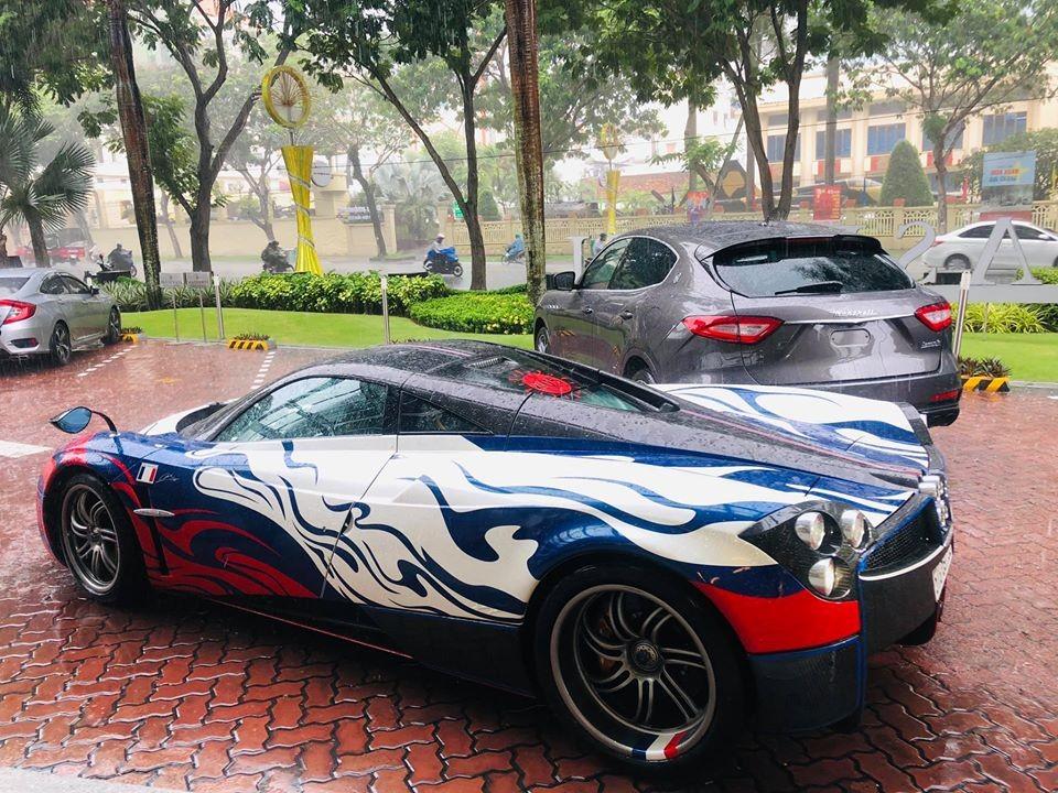 Pagani Huayra của Minh Nhựa có mặt tại đại lý Maserati Việt Nam vào trưa nay. Đi cùng còn có chiếc Mercedes-AMG G63 Edition One
