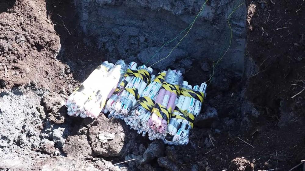 Số thuốc nổ được chôn xuống một cái hố sâu khoảng 2 mét