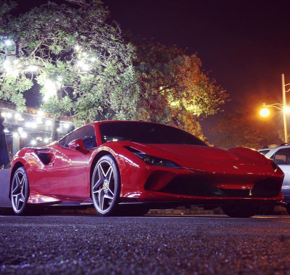 Siêu xe Ferrari F8 Tributo của Cường Đô-la xuất hiện tại một quán cà phê ở quận 7 vào khuya hôm qua