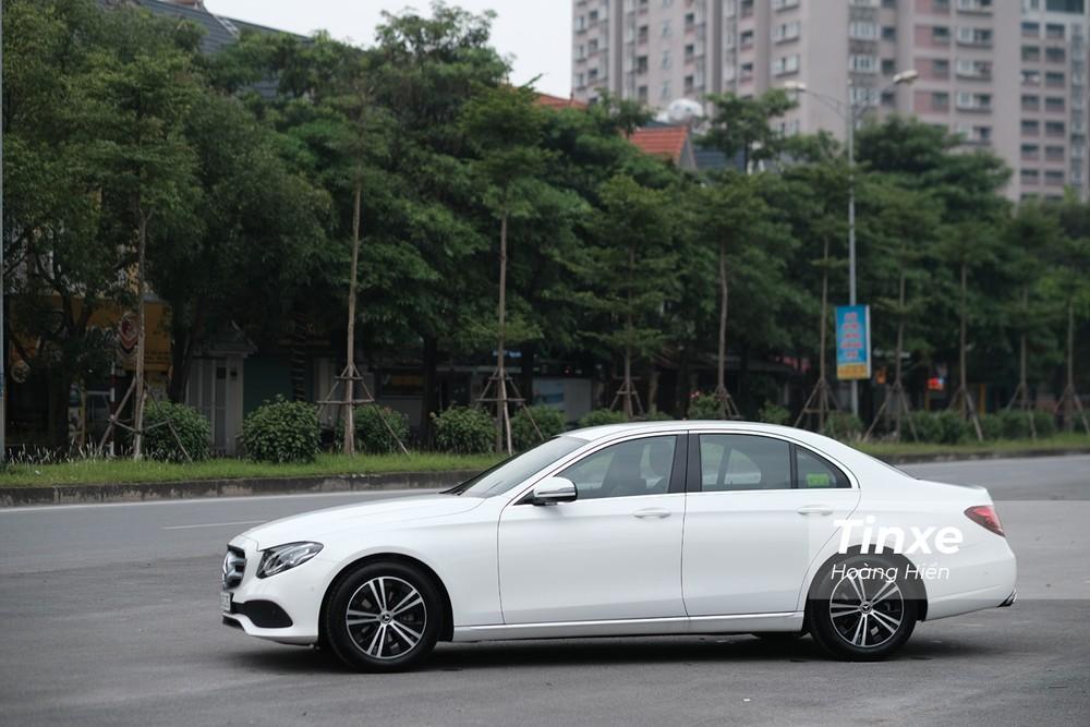 Mercedes-Benz E180 dài và rộng hơn nhưng lại thấp hơn so với E200 trước đây.