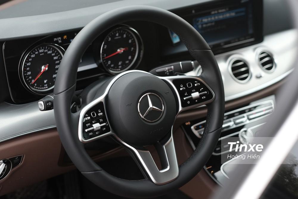 Vô-lăng ba chấu rất đặc trưng của Mercedes-Benz E180.