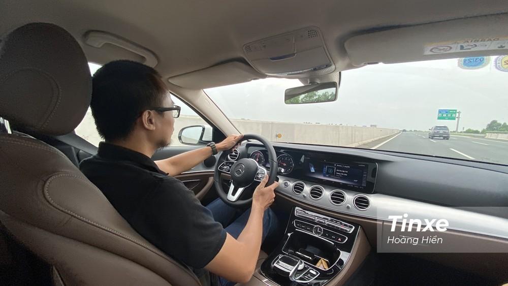 Mercedes-Benz E180 mang cảm giác lái đầm chắc và êm ái, phù hợp những người yêu thích sự sang trọng và trải nghiệm nhẹ nhàng khi cầm lái xe sang.